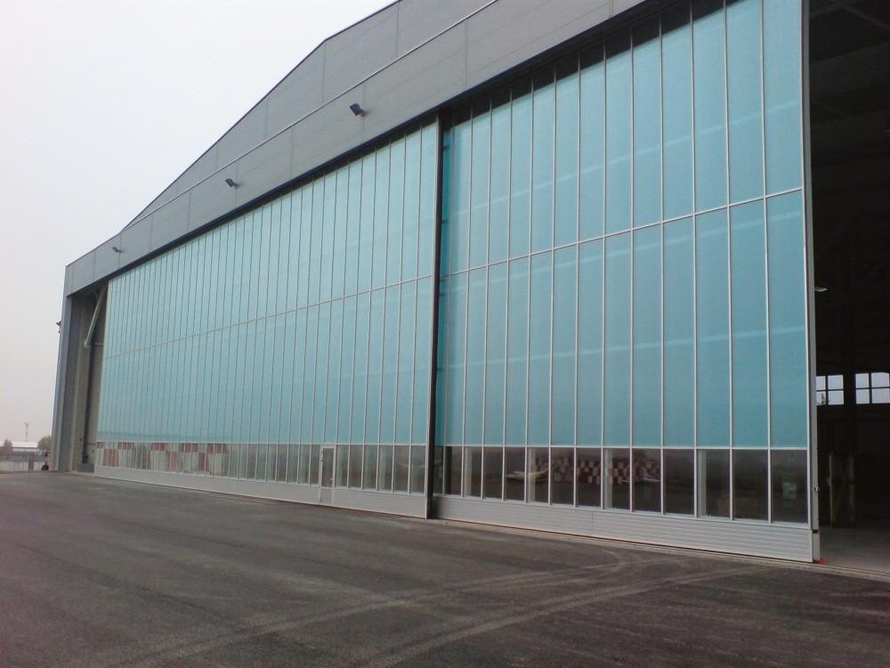 Панорамные подвесные откатные ангарные ворота Ryterna в аэропорту г. Вильнюса.