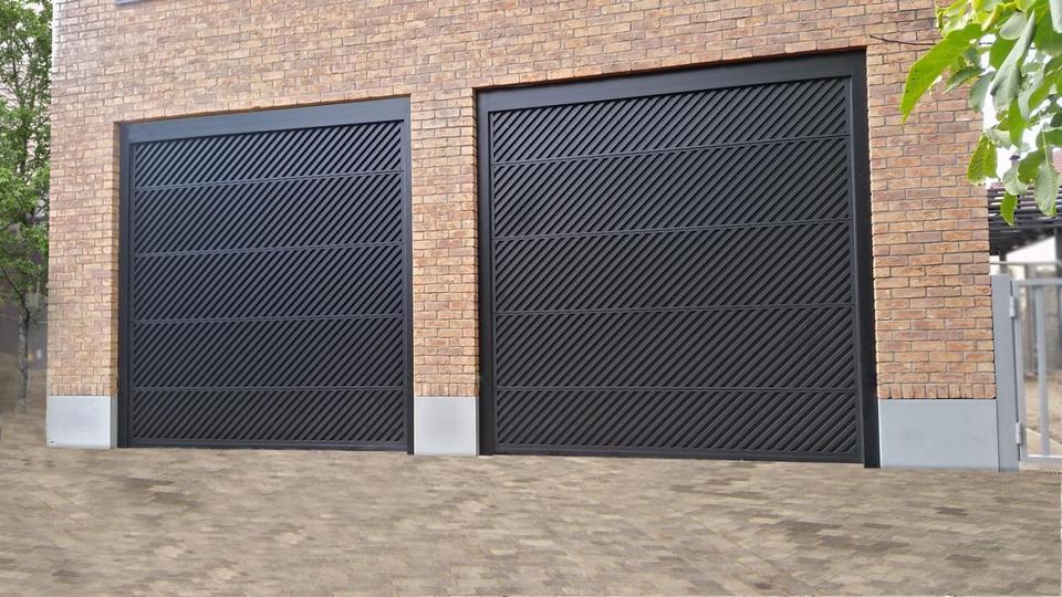 Секционные ворота Ryterna с деревянными накладками.