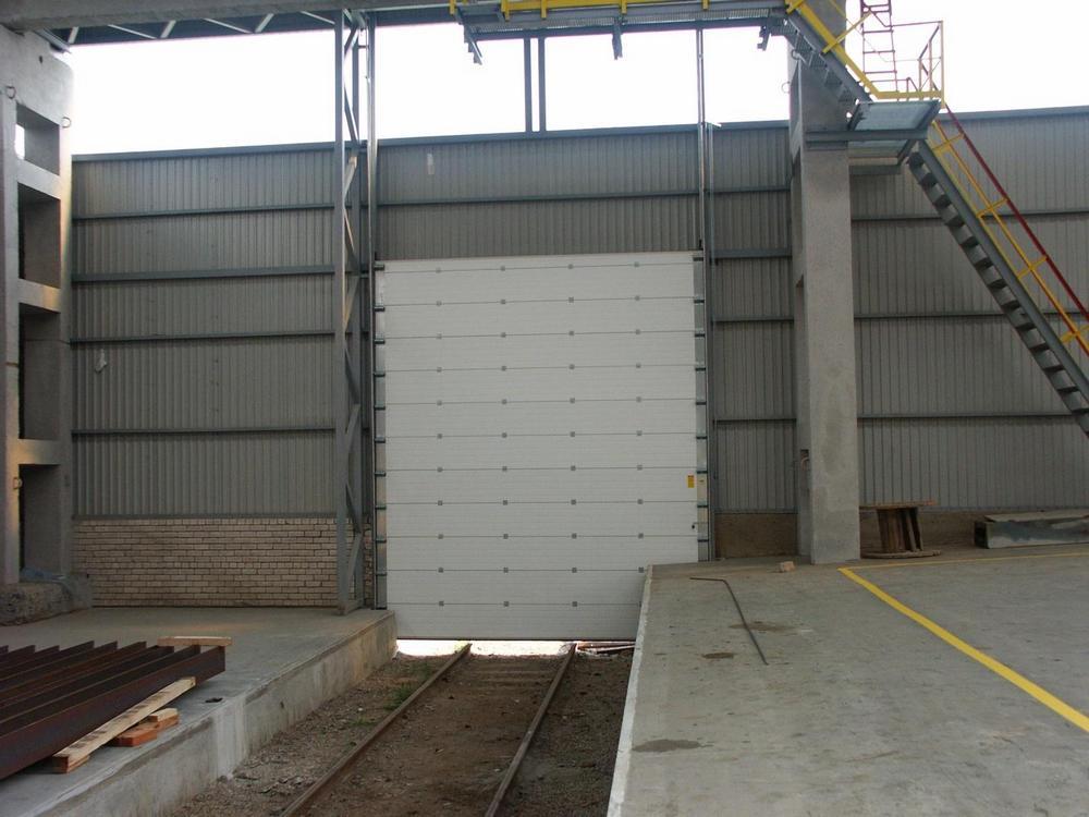 Стандартные секционные ворота Ryterna в депо.