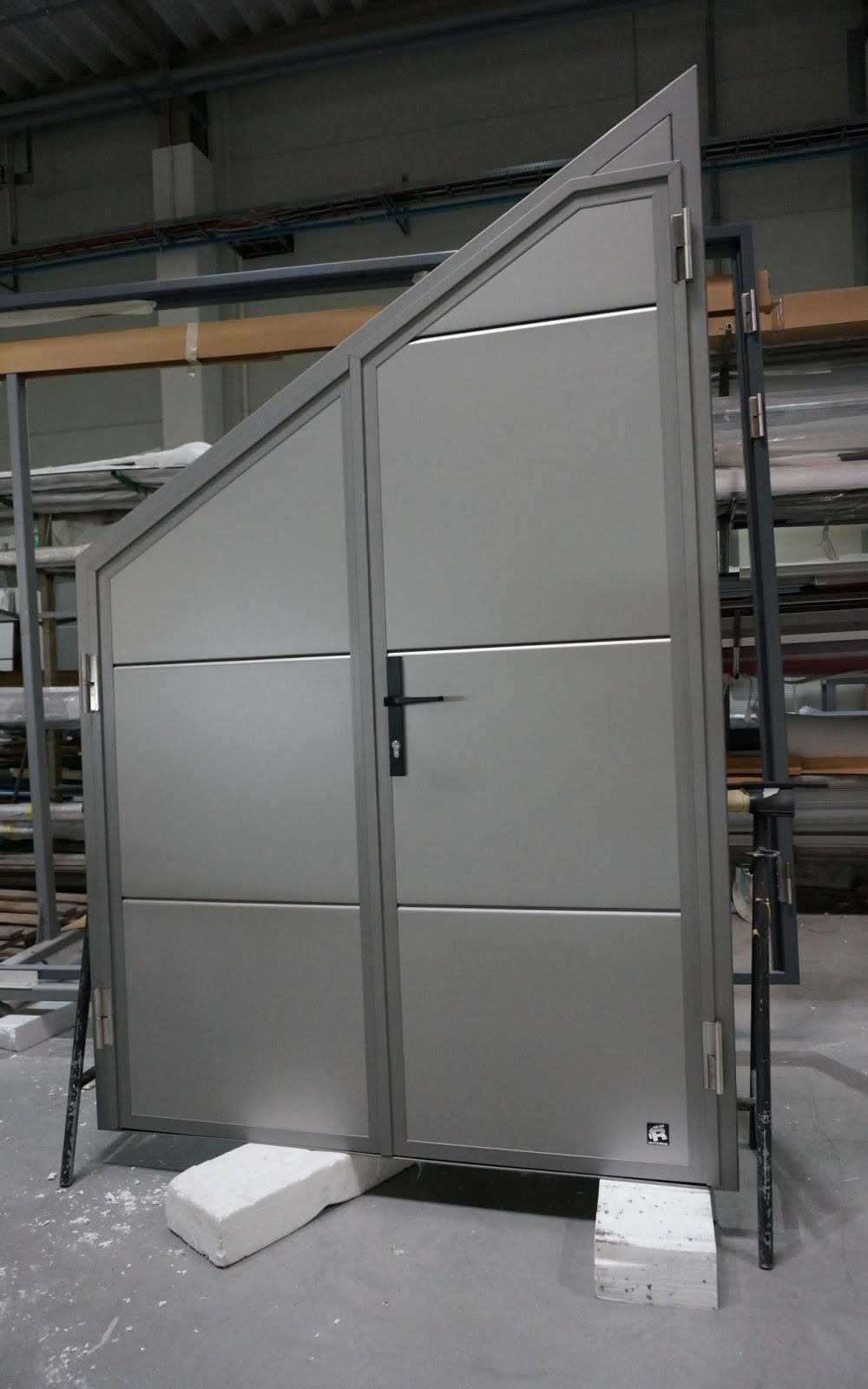 Нестандартные секционные ворота Ryterna с калиткой.